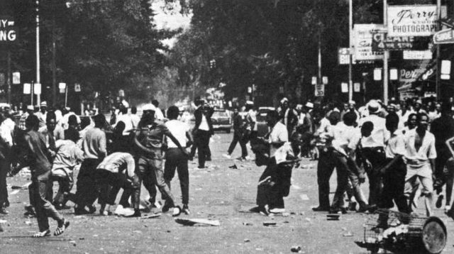 crowds-riot-on-july-23-1967-in-detroit